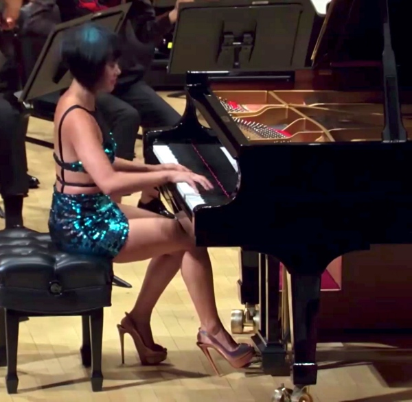 Yuja_Wang_playing_Tchaikovsky's_Piano_Concerto_n°1_at_Carnegie_Hall_on_July_23,_2017